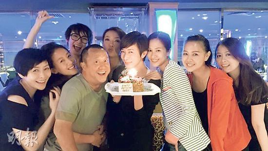 佘诗曼与好姐妹开派对庆生 曾志伟也有列席