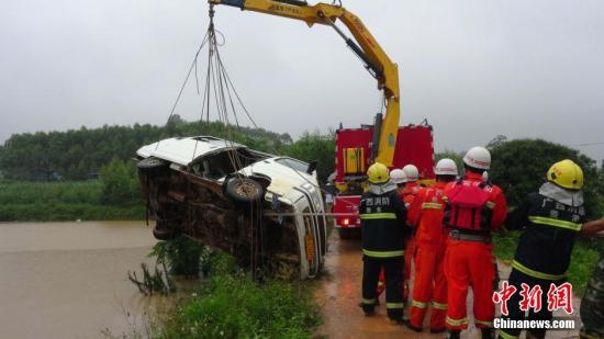 5月22日早上,广西贵港市下辖的桂平市发生一起幼儿园校车冲入水塘事件。中新社发 王世 摄