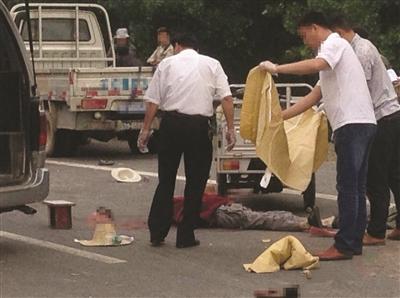 有关部门人员在事故现场处置。