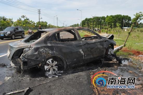 着火的轿车被烧得只剩铁架(通讯员蒋卷勇摄)