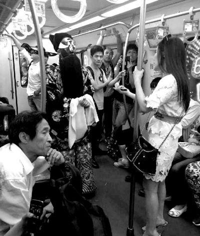 身着包公戏服的男子在地铁里与白衣女子发生争执。