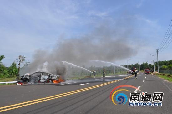 消防官兵在火灾现场展开灭火(通讯员蒋卷勇摄)