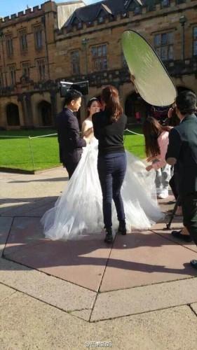 今日,有网友爆料刘强东和奶茶妹妹章泽天在悉尼大学拍摄婚纱照。刘强东穿着西装,奶茶妹妹一身白婚纱清纯动人。看来婚期也不远了吧。