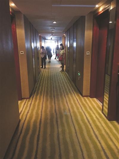 猎聘会面试在酒店里进行。 杨甜子 摄