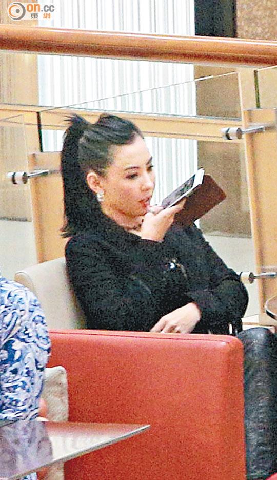吃饭期间还用手机发语音短讯,好像在与绯闻男友传情。