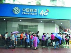 昨天,大量市民冒雨排队办理手机实名。