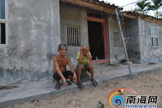 苏朝明和曹圣泽蹲在曹圣泽原来的家门口,他们的未来会怎样,老人也说不清楚。