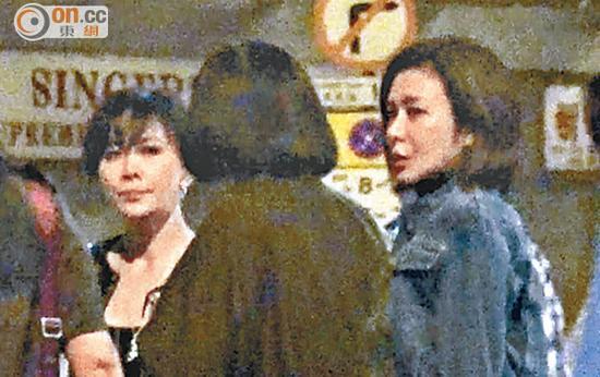 刘嘉玲和关之琳在街头聊天,好像在商量下一站去哪里。
