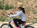 森碟大热天骑车不怕累 仍似风一样的女子