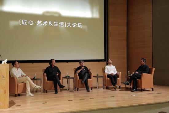 艺术的跨界创作正在成为一股潮流。不同理念、不同领域、不同机构、不同产业的跨界碰撞和合作,不仅迸发了一个个新的创意理念,催生了一个个新的产品,也培育和激活了一个个新的市场和消费。继中国陈设委2013-2014年度晶麒麟看见生活为主题的系列活动取得圆满成功后,2015晶麒麟匠心同行系列活动于5月22日在中央美术学院召开新闻发布会,宣布设计界重要赛事晶麒麟各奖项的正式启动,会后即将开展的一系列生活艺术工作营活动,集结艺术家、设计师、工艺师各界菁英,从故宫出发,继而巡回全国各文化名城,深度了解中国传