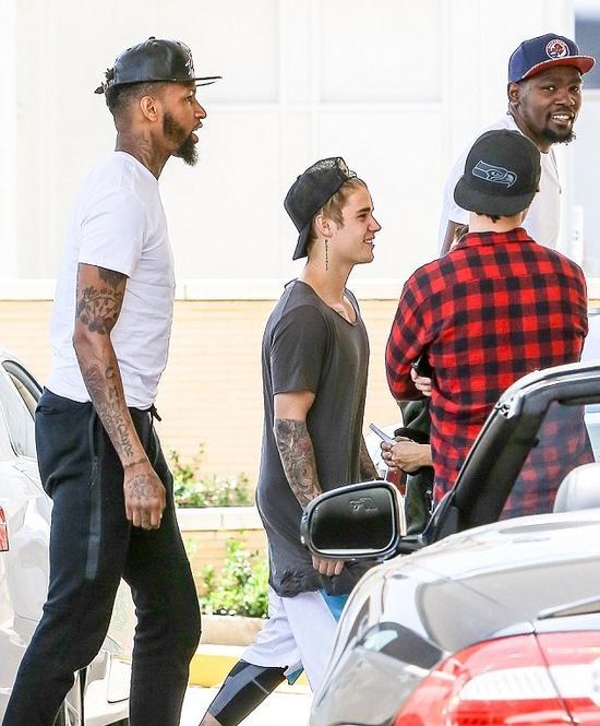 贾斯汀比伯与NBA球星杜兰特在比弗利山庄购物