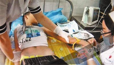 昏迷的小唐在医院接受治疗。通讯员 杨刚 摄