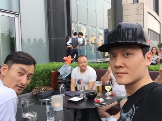冯绍峰与朋友聚会