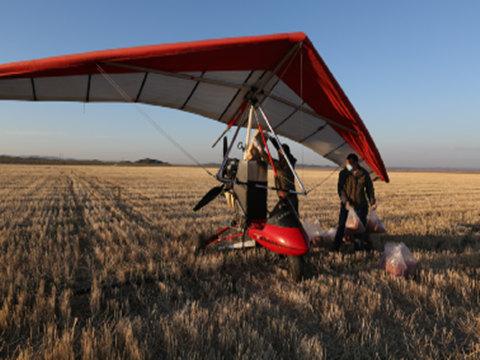 资料图片:小型飞机投饵灭鼠。