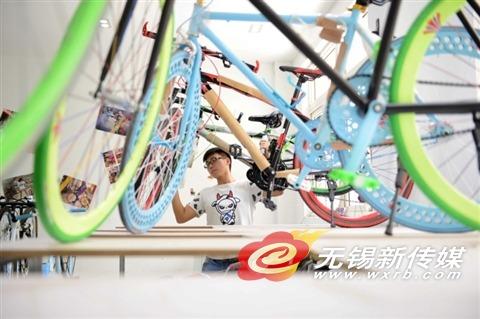 秦朱昇,1992年出生,身为无锡商业职业技术学院在校生,却已在藕塘开出了自己的自行车行。