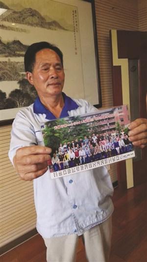 毛阿公激动地展示照片。