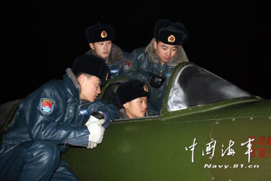 姜涛在进行外场教学。