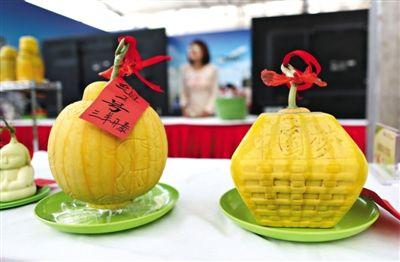 """参赛的西瓜上刻写着""""中国梦""""。"""