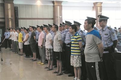 被告人陈加贵(前排右一)等11名被告人接受宣判。