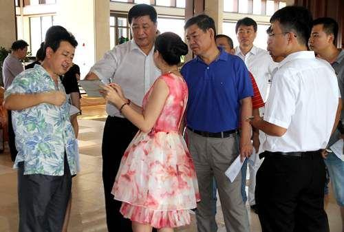 三亚市委常委、常务副市长岳进听取相关工作人员的汇报