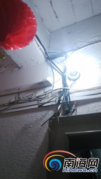 位于美舍小区的椰岛之家老年公寓内,多根电线线路外露缠在一起,显得错综复杂。