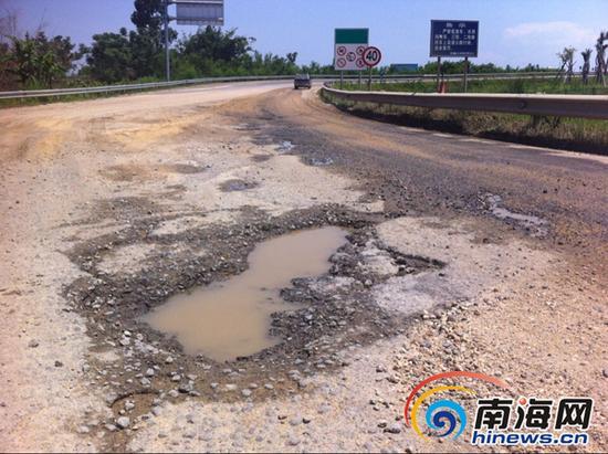 匝道被压得坑洼不平。