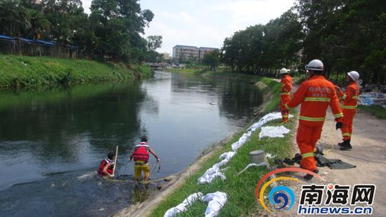 消防员在打捞溺水者