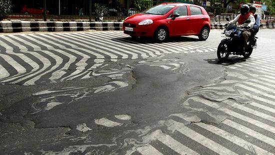 《印度斯坦时报》26日的封面图片显示,首都新德里的一条道路融化,斑马线变得扭曲模糊。