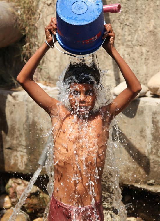男孩往身上浇水