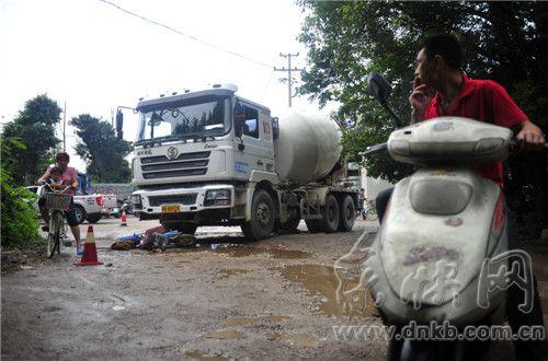 电动车被压在水泥罐车右前轮下