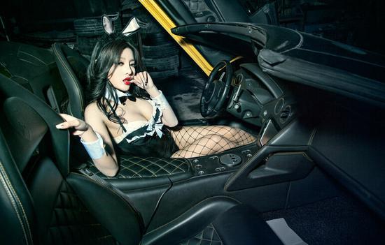 蕾丝兔女郎的狂牛兰博基尼香车美女秀高清图片