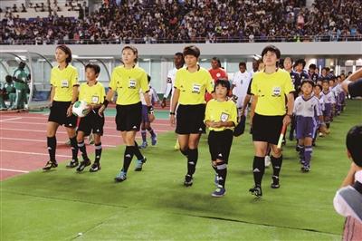 崔永梅(右一)在执法的比赛中入场