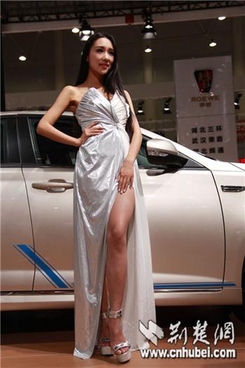 武汉华中车展车模_武汉华中车展中外车模美艳比拼