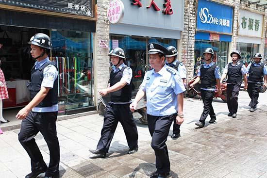 法治公安2015警察故事。图为工作中的邱树华