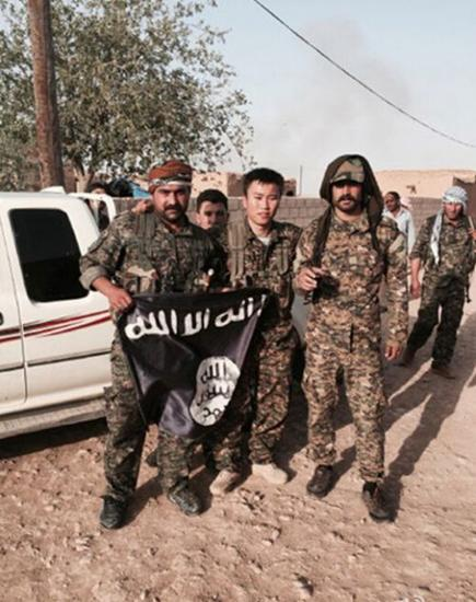 黄磊(中)夺取了IS的旗帜。
