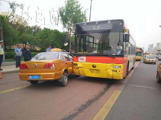 哈尔滨68路公交车与出租车追尾 无人受伤高清图片