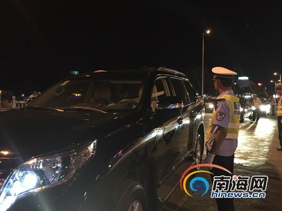 5月28日晚,海南开展第二次酒后驾驶全省交叉执法集中统一行动。当晚,万宁设卡检查900多辆车。 (南海网记者陈丽娜摄)