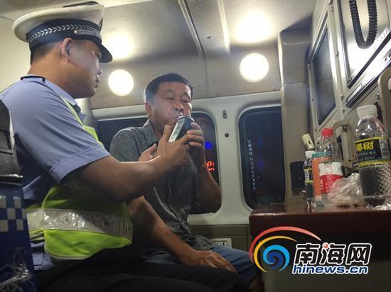 5月28日晚,海南开展第二次酒后驾驶全省交叉执法集中统一行动。当晚,万宁设卡检查900多辆车。(南海网记者陈丽娜摄)