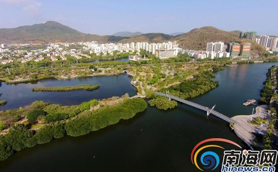 5月25日,俯瞰三亚市白鹭公园,水系景观丰富,绿化植被茂密。