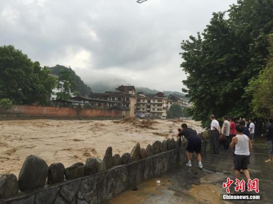 资料图:5月27日,贵州省雷山县因26日夜里暴雨侵袭,造成县城部分街道被洪水淹没。张祥祥 摄 中新社发