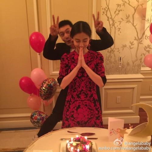 新浪娱乐讯 5月27日下午,有网友爆料,在青岛某民政局遇到黄晓明和Angelababy来领证。随后,黄晓明在微博晒出结婚证,宣布两人正式结为夫妻。