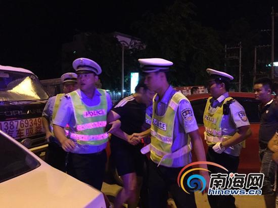 一男子因喝酒驾车被检查心虚冲卡,并弃车狂奔了数百米,虽经民警检测未达到酒驾标准,但该驾驶人表示受惊不小。(南海网记者陈丽娜摄)