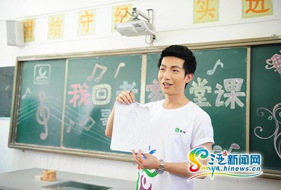 """陈楚生回到母校当""""老师""""。(三亚新闻网记者沙晓峰摄)"""