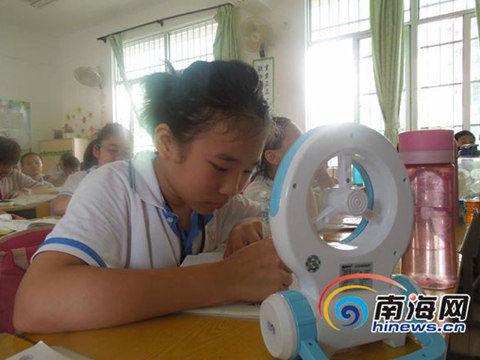 学生自带风扇辅助降温(图片来源:南海网)