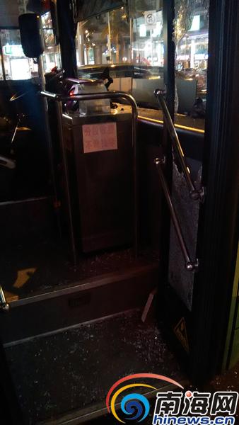 被砸碎的公交车车门