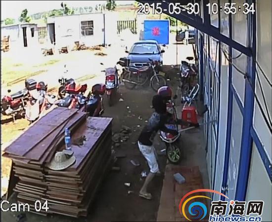 蒙面男子进工地打砸现场。南国都市报记者王小畅翻拍
