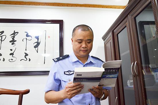 """彭晓峰的大学专业并不是公安,而是计算机。工作之余他不忘为自己""""充电"""""""