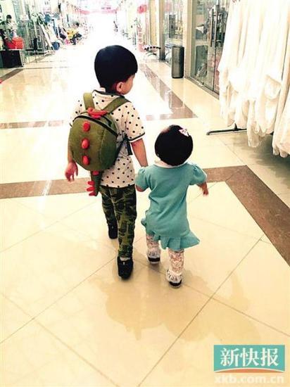 家长引导得好,孩子就会融洽相处。图为兄妹出门逛街,小花生米都会牵着妹妹小米的手一起走。(本版图片皆为受访对象供图)