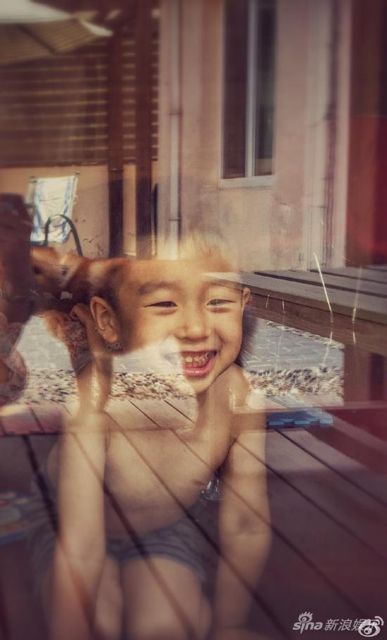 黄觉拍照的孩儿