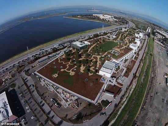 Facebook门洛帕克的新总部。新总部的屋顶有一个占地高达54亩的花园,里面有很多人行道和工作、休息的室外空间。